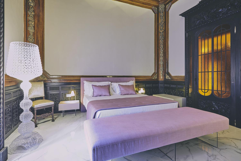 """Una delle suite  contraddistinta da porte e soffitto con decorazioni originali in legno si rivive """"Un tuffo nel passato"""" Alessandro Gruttadauria di  AGphotoStudios"""