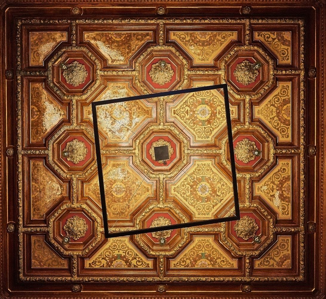 Particolare del soffitto a cassettoni in contrasto con l'illuminazione dalle forme regolari realizzata in ferro. Alessandro Gruttadauria di  AGphotoStudios