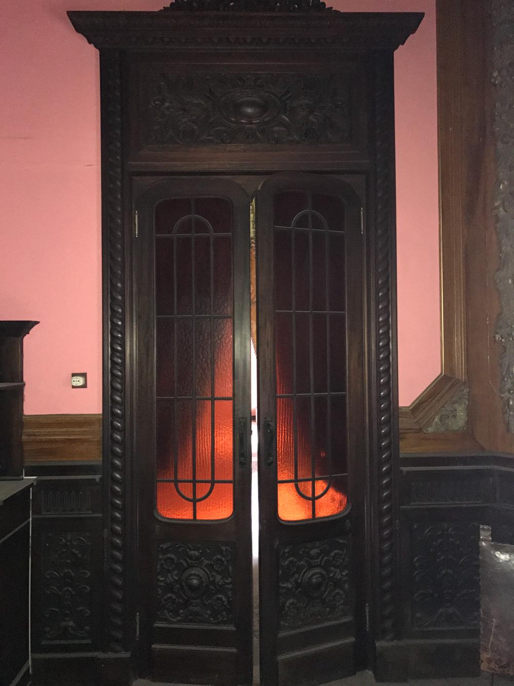 Foto della porta d'epoca in legno prima del restauro Foto Arch. Martina Mangani}