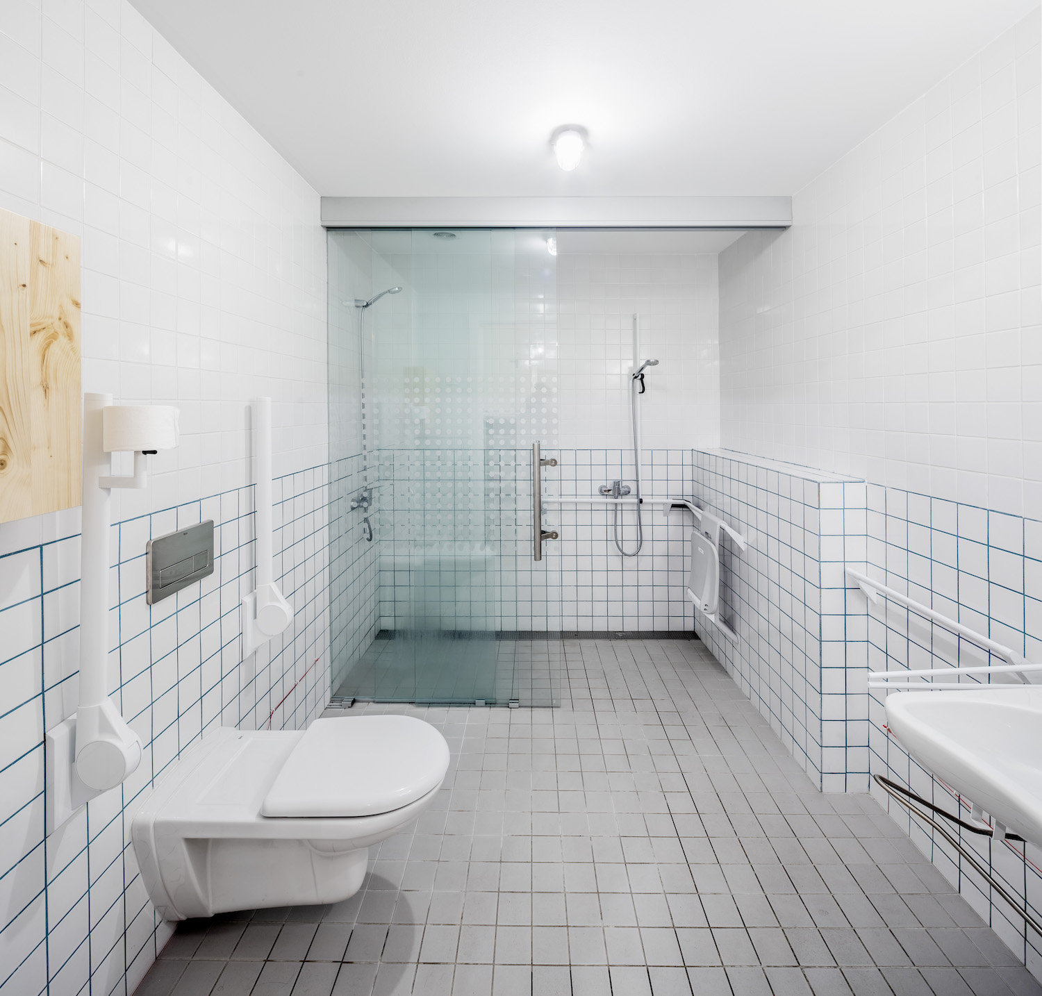 Contrast between wall and floor helps people with low vision to detect white bathroom fittings Adrià Goula