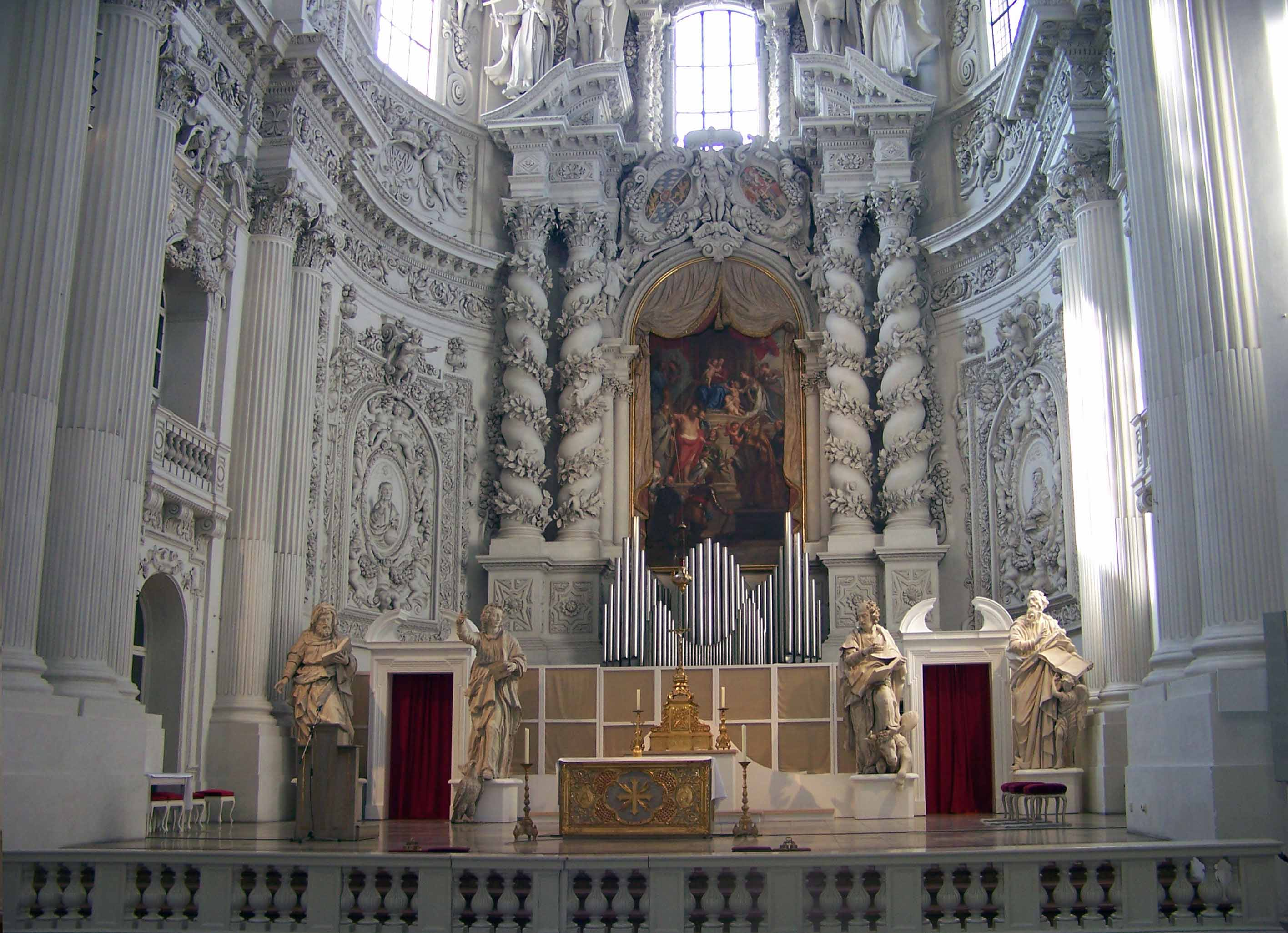 Figure 1: A general overview of the main altar of Saint Cajetan in Munich during installation, and towards the end of the work Fonti