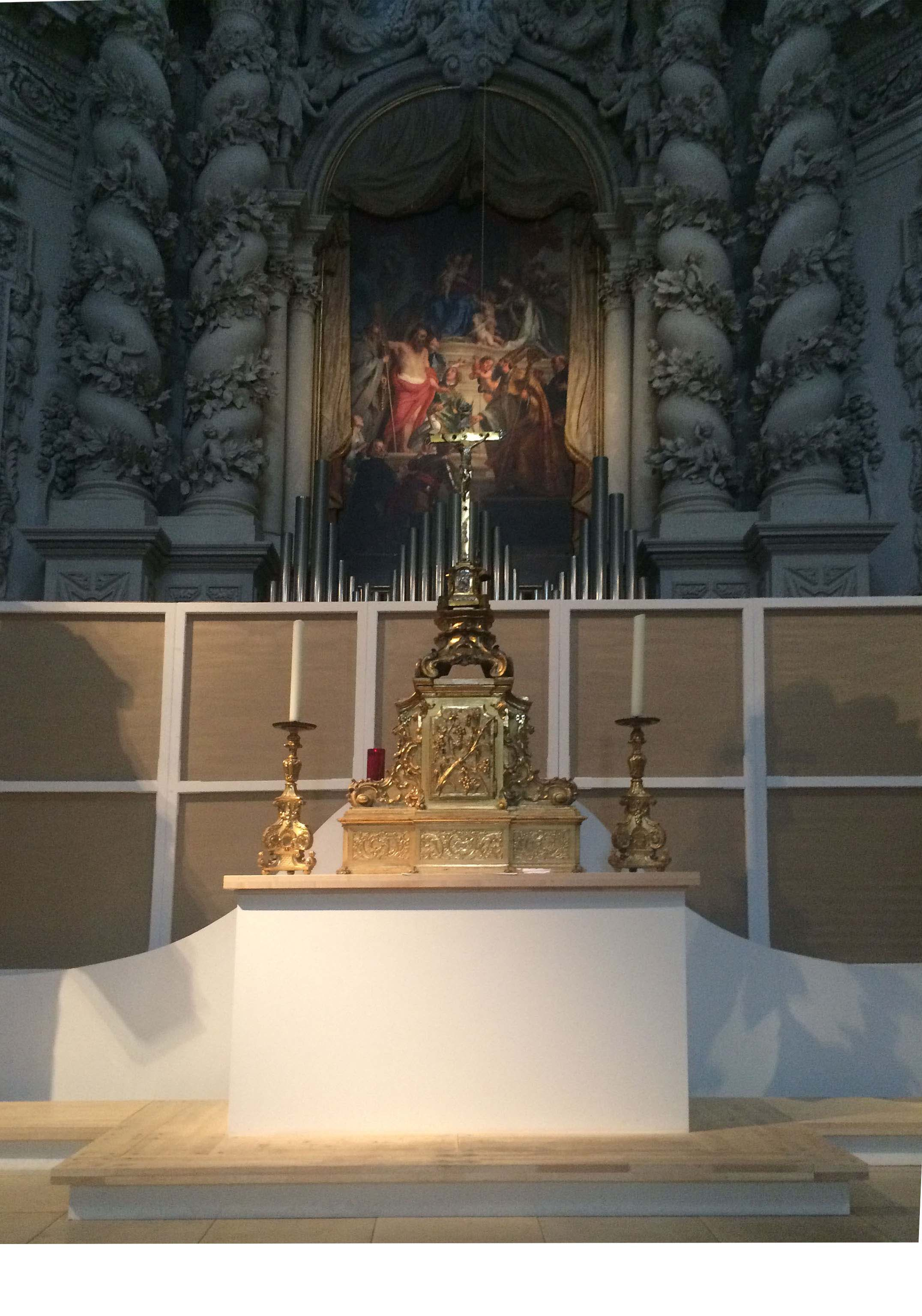 Figure 4: The timber and textile wall serving as a predella for the main altar piece. The tabernacle base is composed by a sequence of two overlapping timber plats. Fonti
