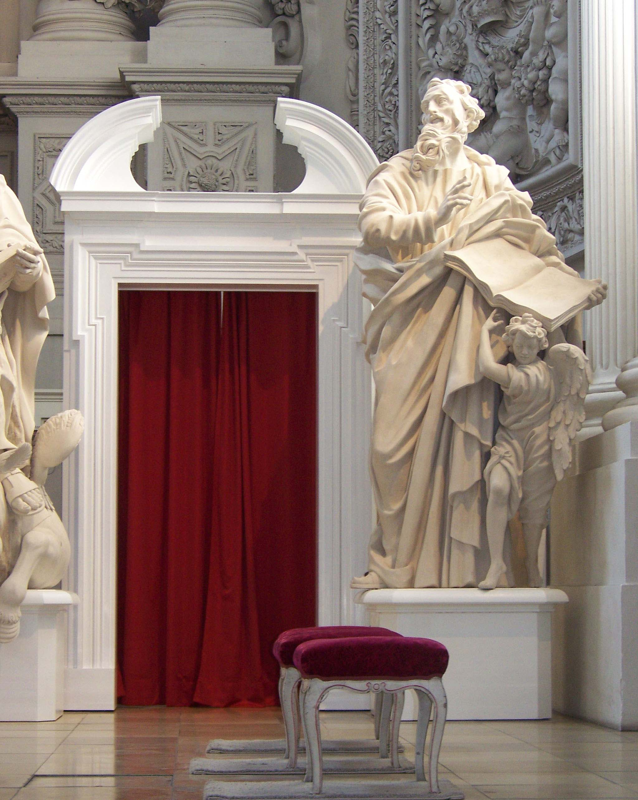 Figure 9: The novel monumental gate, and the sculpture base after installation, both in a white colour Fonti