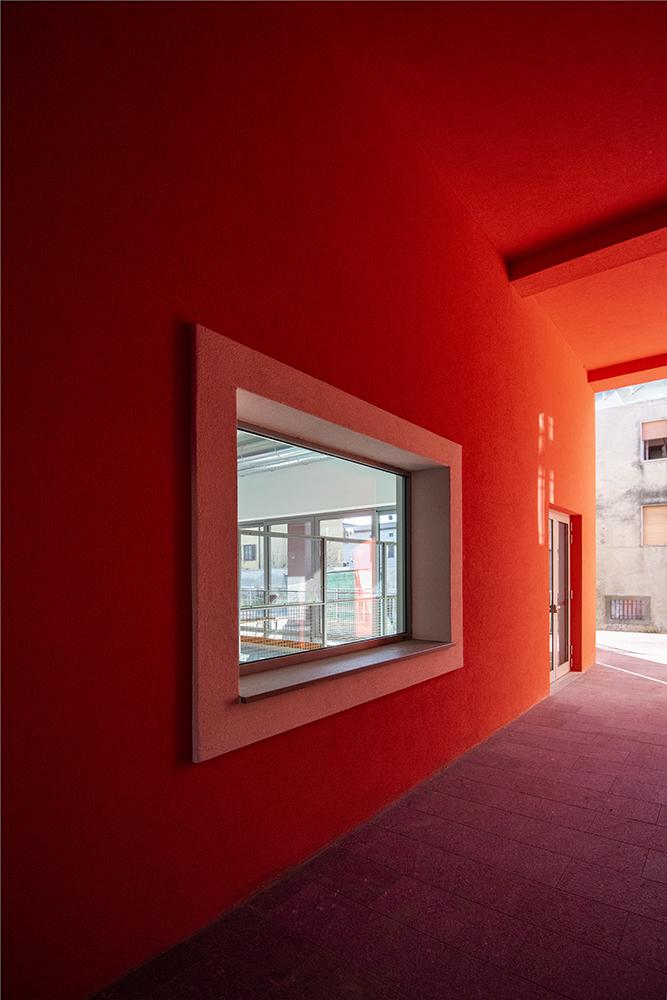 Il portico rosso d'ingresso con visiva sul campo di bocce MAT - Luca Moretto