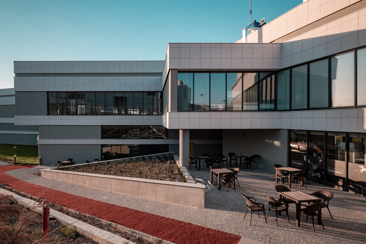 Adjacent outdoor spaces: Running Track passing by and Cafe covered by offices Orhan Kolukısa, Yerçekim