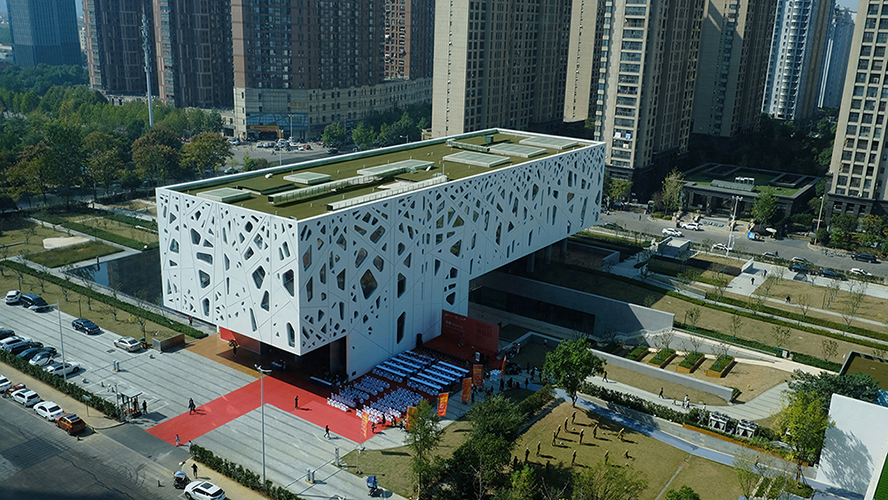 Surrounded by high-rise concrete jungles, the gallery floats above an urban oasis Su Chen