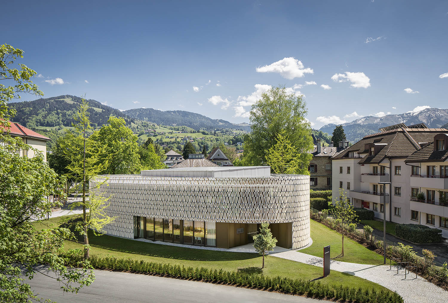The library stands out expressively among the rectangular shapes of the surrounding buildings. Albrecht I. Schnabel