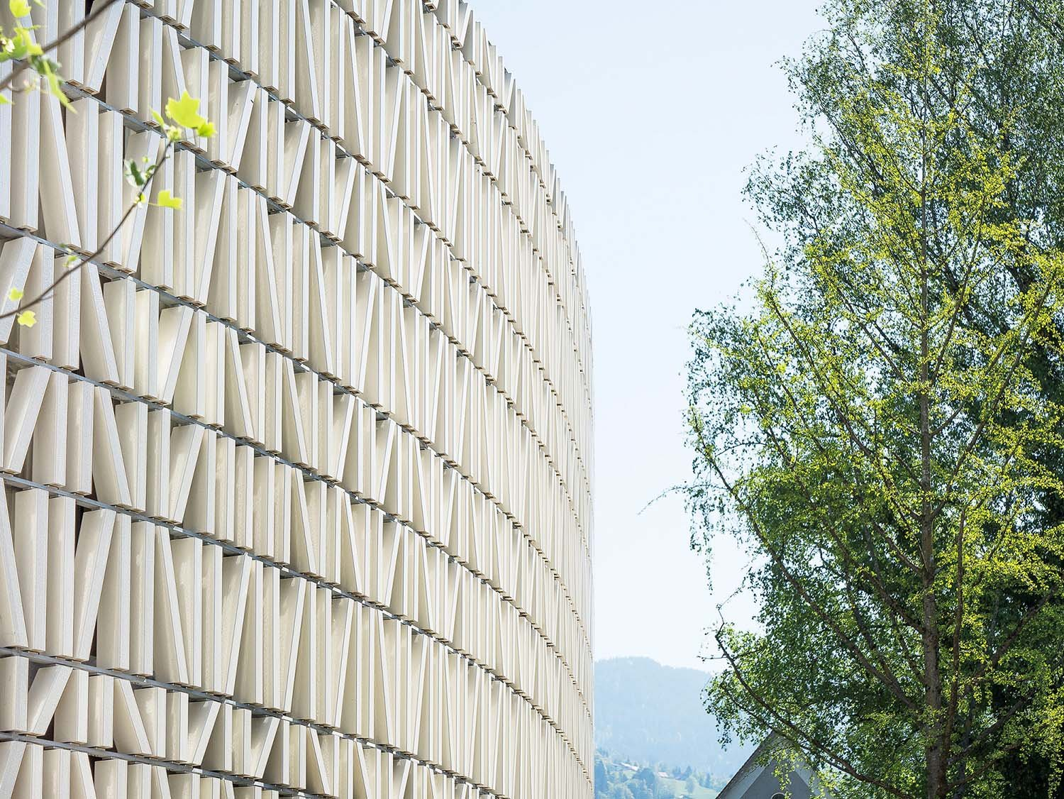 A lattice of ceramic elements is mounted on a steel frame with distance to the glazed facade. Albrecht I. Schnabel