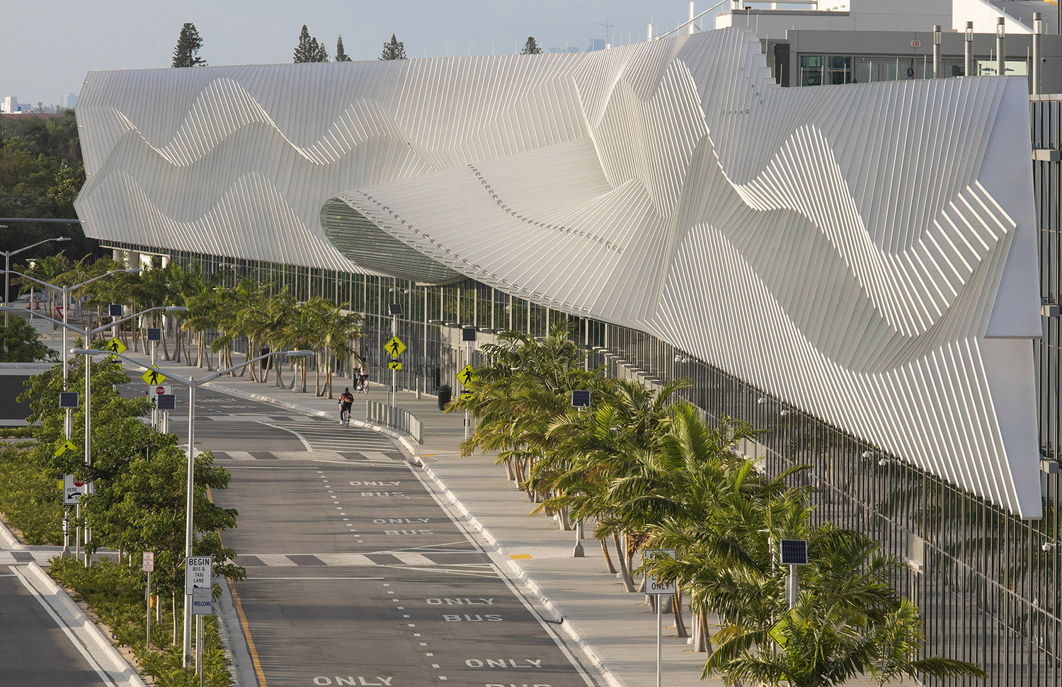 "The exterior façade features over 500 aluminum ""fins,"" creating a curving undulation reflective of Miami Beach's ocean waves. © Robin Hill"