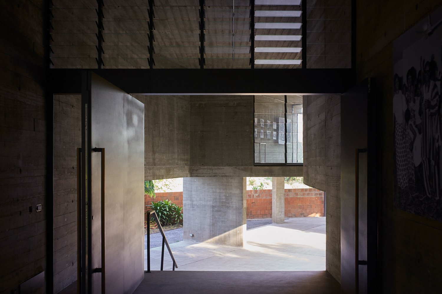 The design of the gallery creates many layered vistas through the building and the site, giving character to the spaces while connecting it to the grounds Julien Lanoo