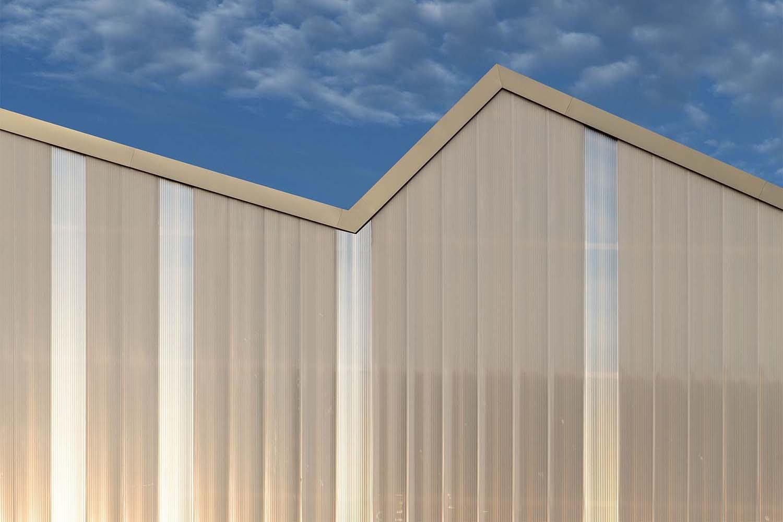 The polycarbonat facade illuminates the pillar-free test hall. David Matthiessen