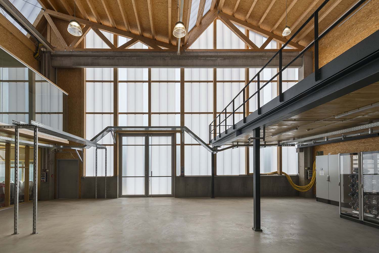 The material of the hall incorporates references to the neighbouring buildings with their industrial character. David Matthiessen