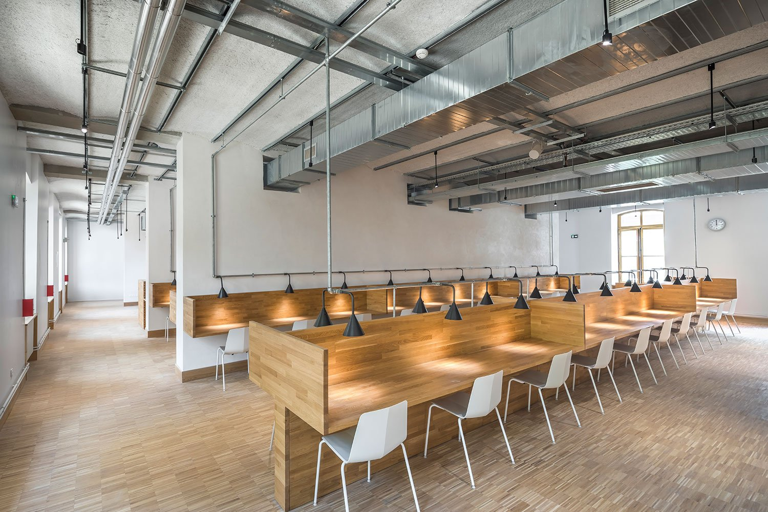 For the interior design of the reading rooms in the library, we have chosen to position the aisles along the façades to allow the light to freely enter the building and thus free up the  view of the succes Sergio Grazia