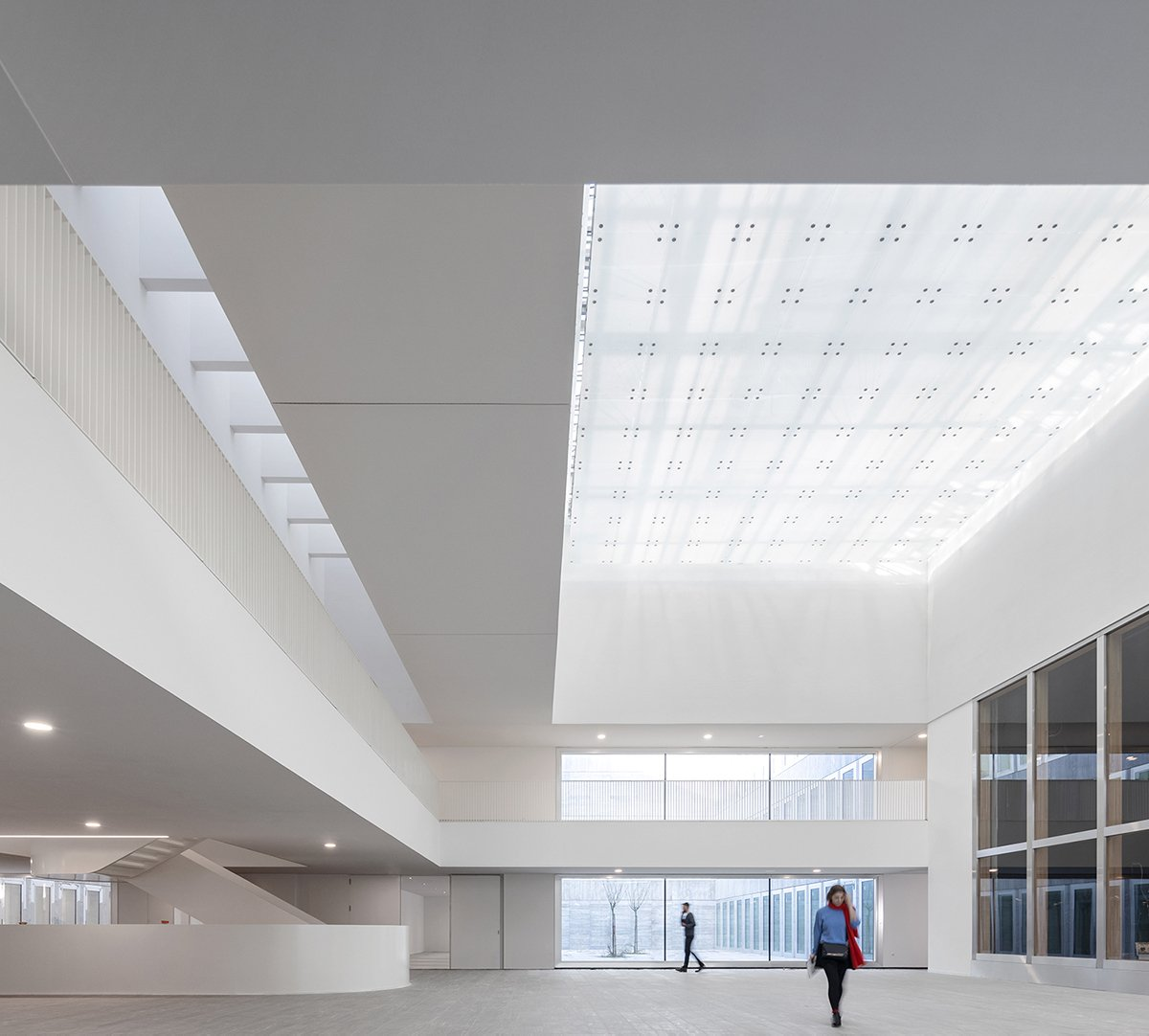 Entrance hall with access to natural light Fernando Guerra