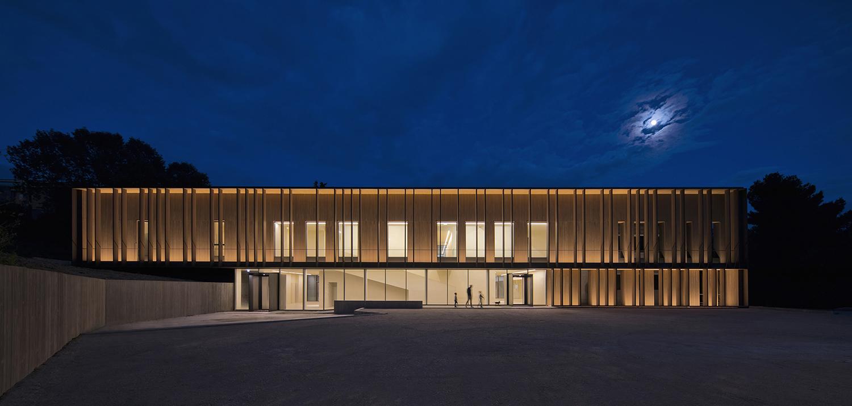 ES_00: l'edificio visto dalla strada di notte Cristian Fattinnanzi