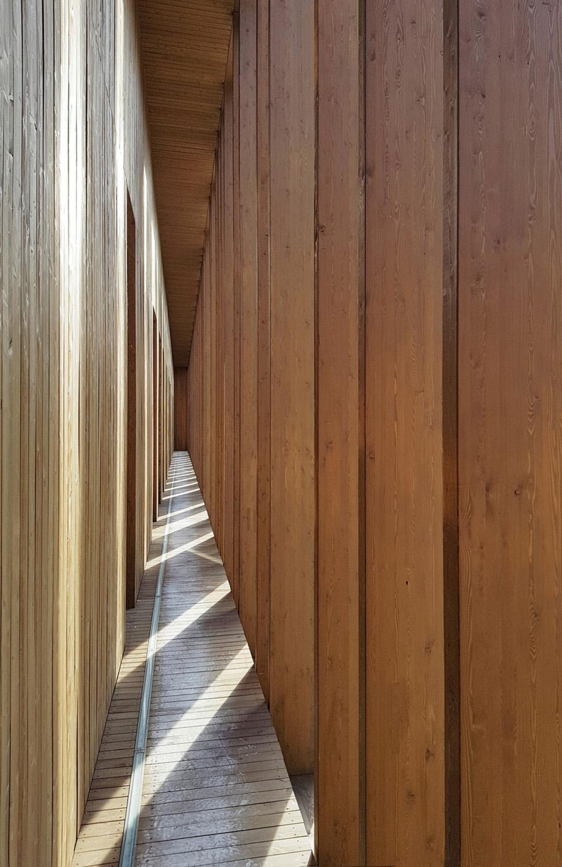 ES_06: Frangisole verticali nello spazio di servizio Sardellini Marasca Architetti