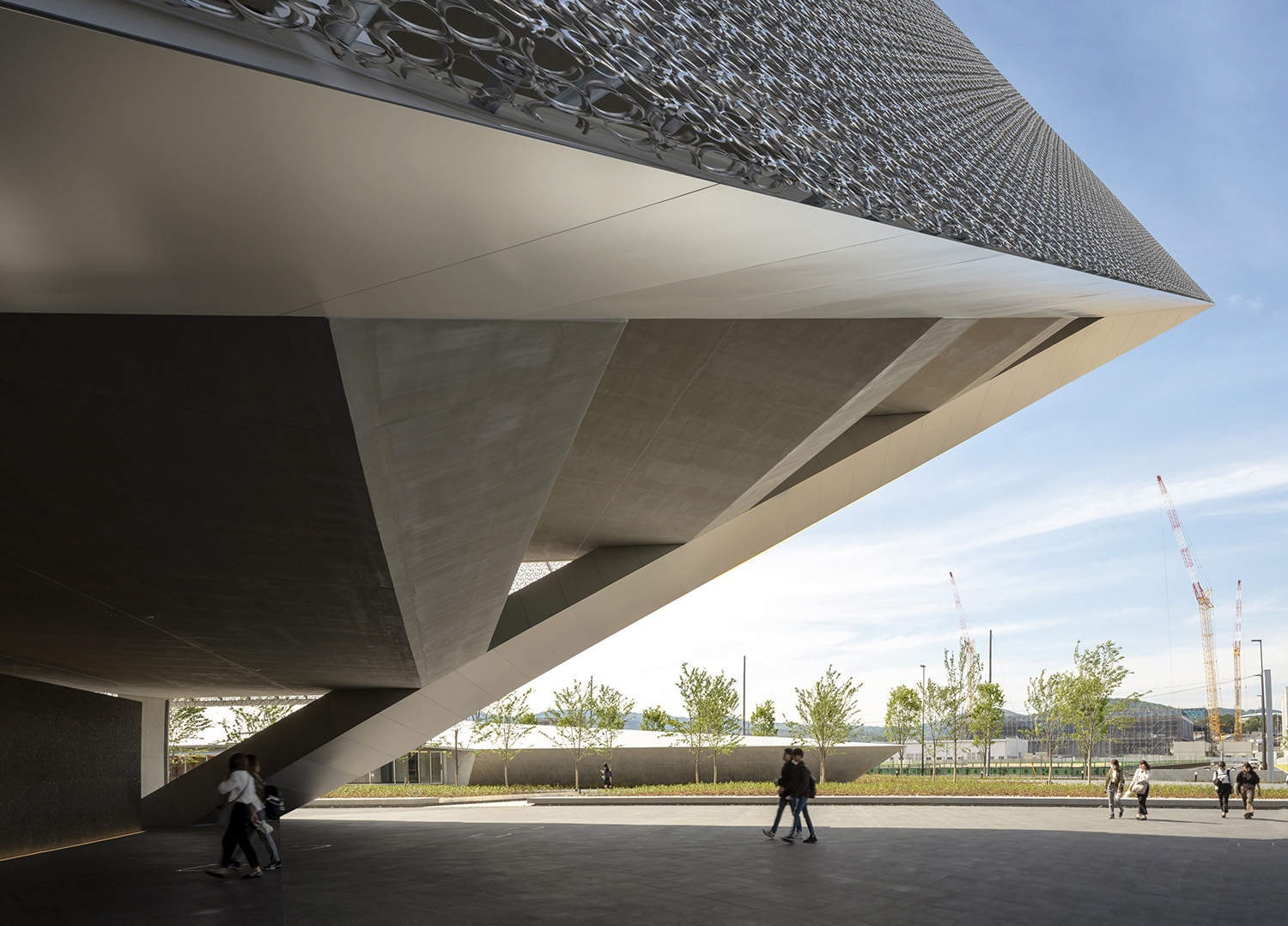he corner of triangular plane overhanging approximately 40m to create the symbolic entrance. Hisao Suzuki