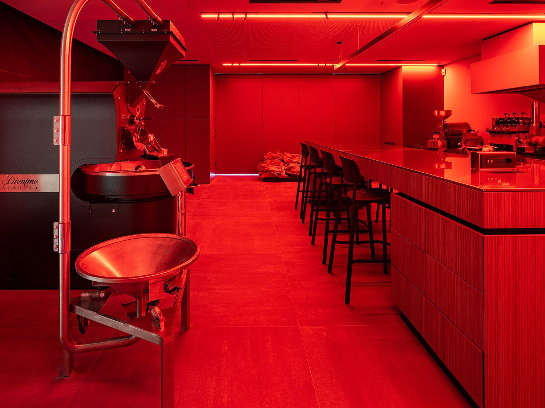 L'illuminazione per l'analisi del caffè nella sala roastery&reserch Marco Zanta