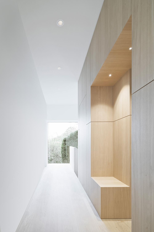 Corridor with elevator and seating accomodation Brigida González