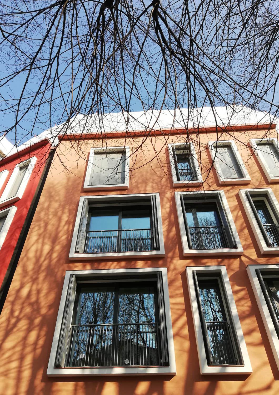 Il prospetto principale riprende i colori e dai materiali della tradizione locale. Frigerio Design Group