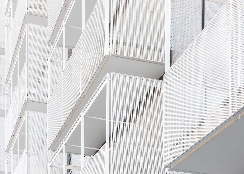 Le logge esterne che catturano la luce e garantiscono uno spazio generoso all'esterno Marco Cappelletti