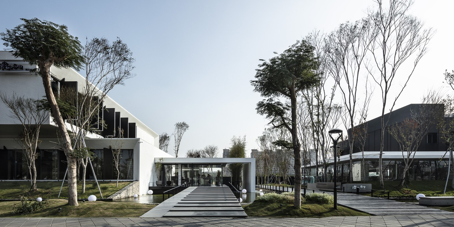 Surrounding the property are over 250 large trees further reducing the carbon emissions from the project. Moooten Studio / Qimin Wu