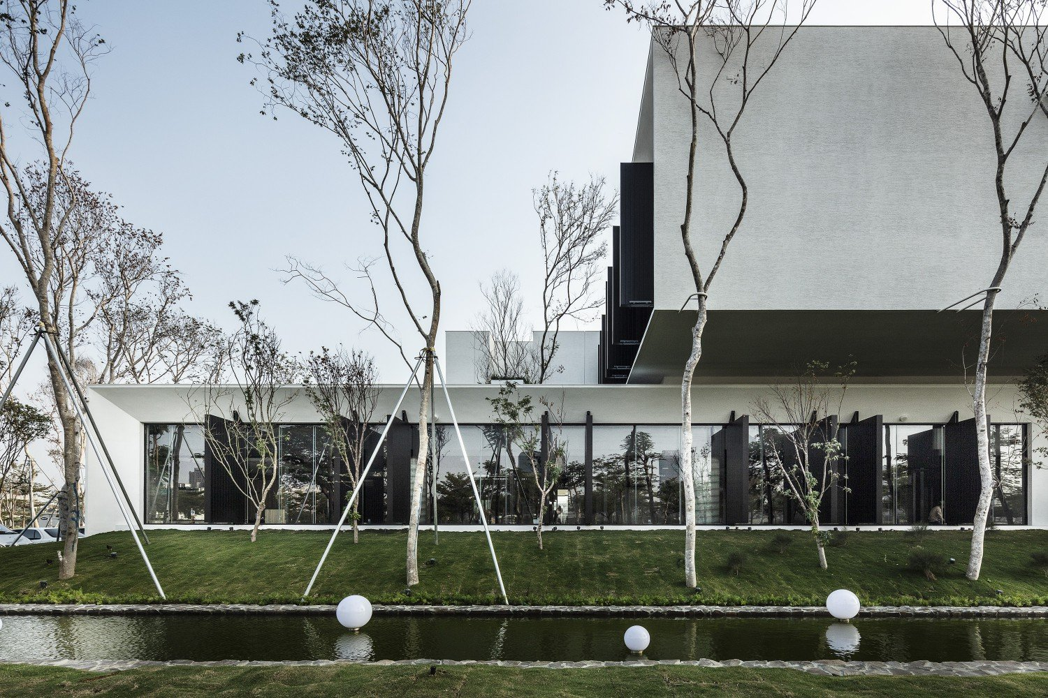 lots of greenery helps to filter out the light waves that so often disturb the eyes. Moooten Studio / Qimin Wu