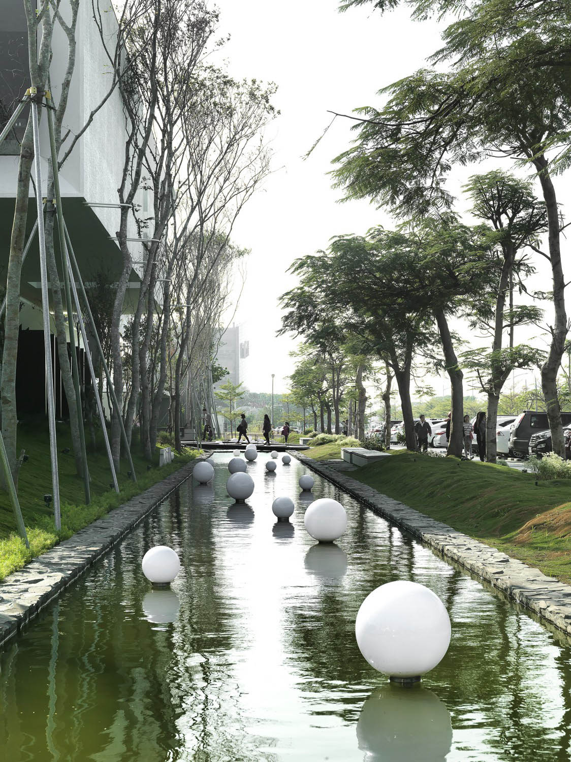 The nearly 120-meter landscape pool gives a strong impression of the building and creates a connection between the building and the water. Moooten Studio / Qimin Wu