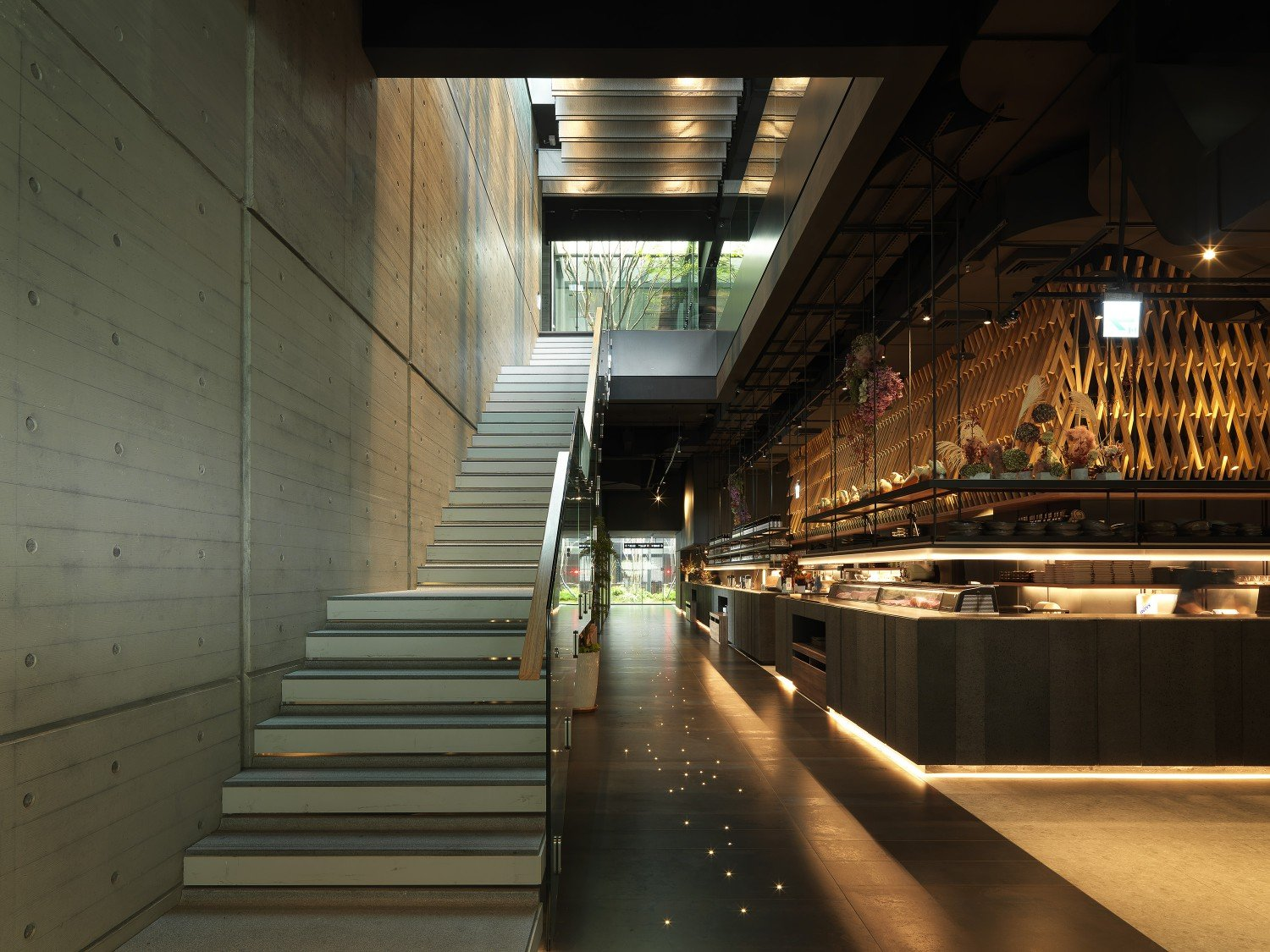 Contrasting the artificial light source with the natural light source helps to blur the boundary between the interior and exterior space. Moooten Studio / Qimin Wu