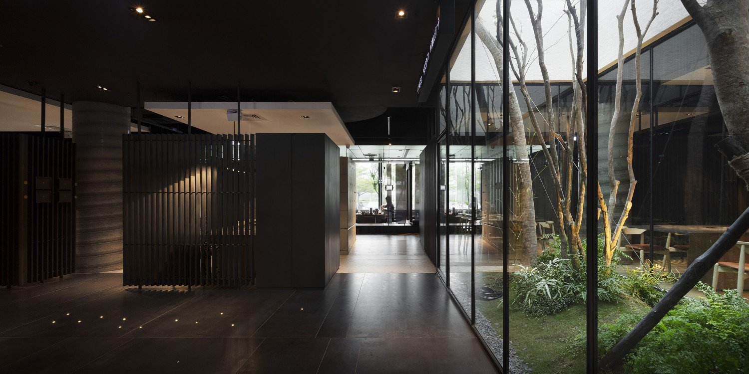 Placing the glass frame in an ideal location along with some greenery, increases the possibility of natural light entering the indoor space. Moooten Studio / Qimin Wu