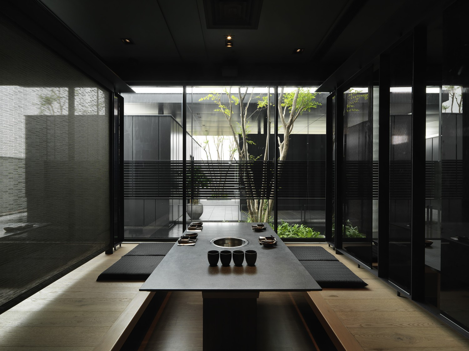 Throughout the restaurant there are scattered green spaces that bring nature inside for all to enjoy. Moooten Studio / Qimin Wu