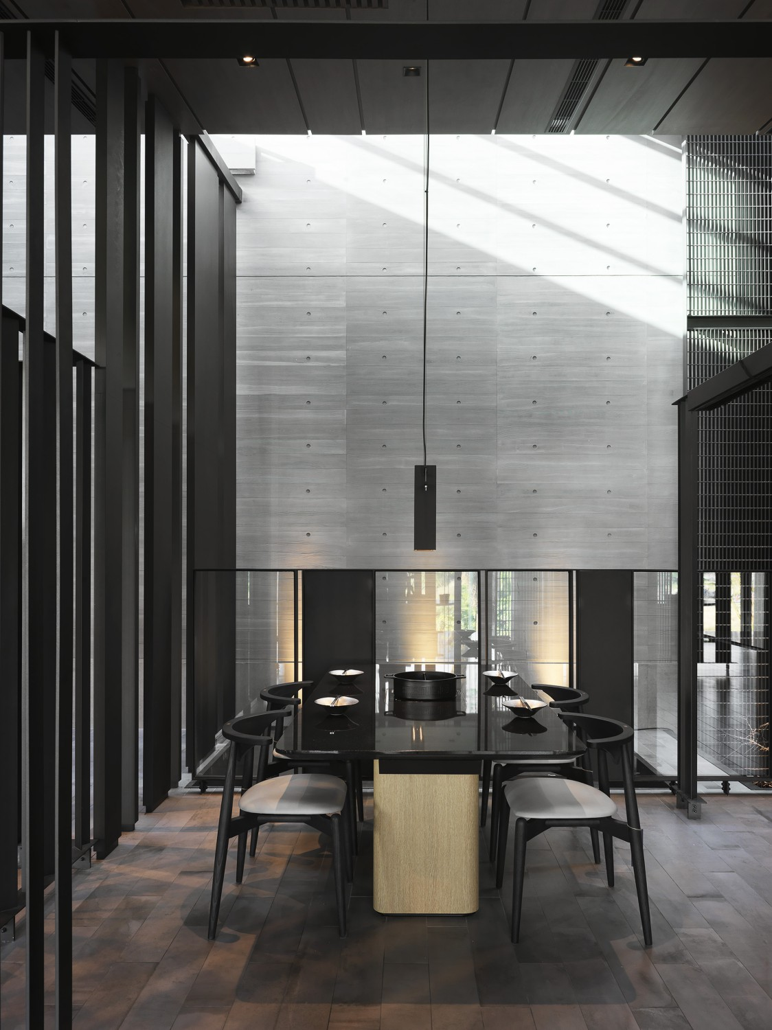 The sense of existence is reflected in the changes in light and shadow, which helps to awaken the cherished position of every moment in our lives. Moooten Studio / Qimin Wu