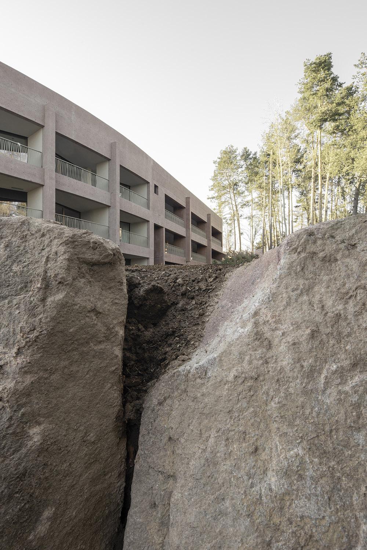 vista esterna, rapporto cromatico tra la roccia e il nuovo hotel gustav willeit