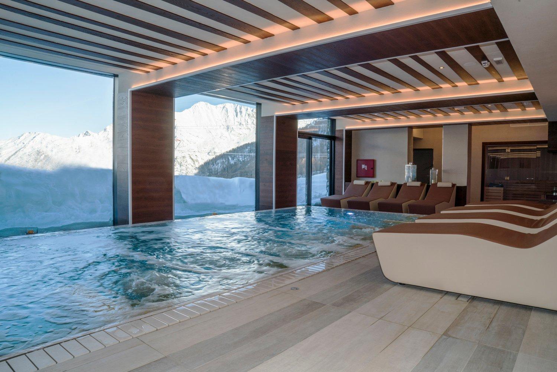 Wellness & Relax Spa: immersi nell'acqua calda, dalle ampie vetrate si ammira il panorama mozzafiato delle Alpi Ariostea