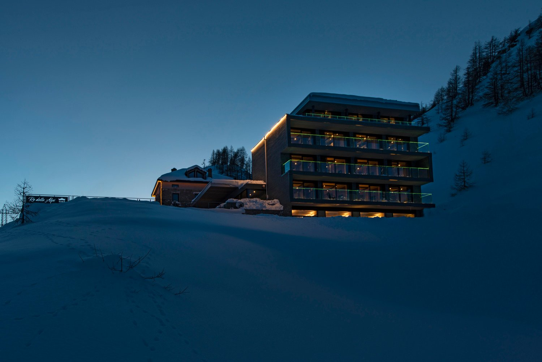 Una vista notturna della struttura, immersa nel silenzio della neve a 2.000 mt Re delle Alpi
