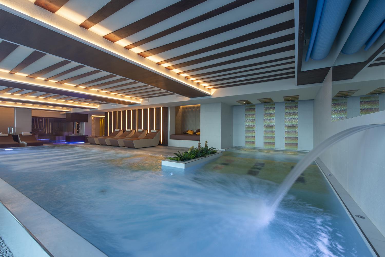 La grande piscina a sfioro con cascate per il massaggio cervicale e giochi d'acqua Re delle Alpi