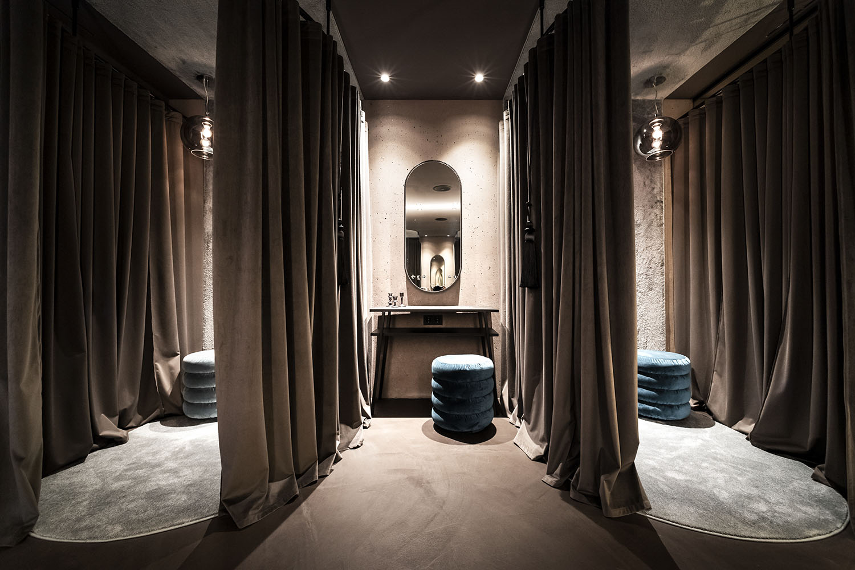 Tesstuti morbidi e dai colori caldi caratterizzano l'interior del resort Alex Filz
