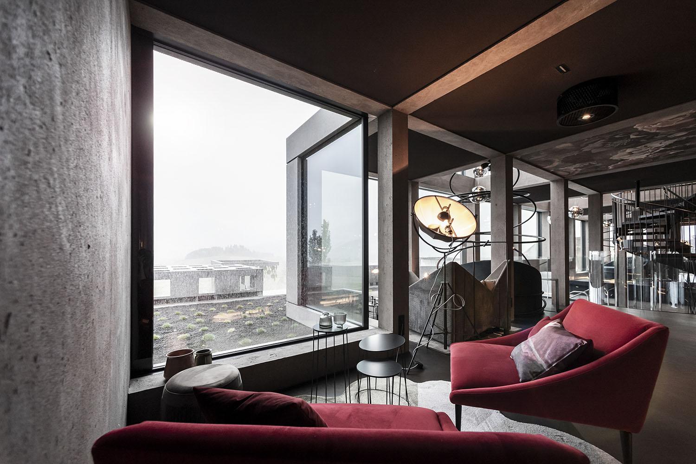 La grande vetrata nella zona relax illumina naturalmente la stanza Alex Filz