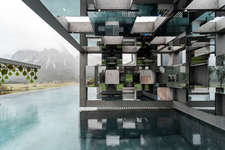 Il resort si fonde con l'ambiente circostante nella Spiegelkabinett Alex Filz