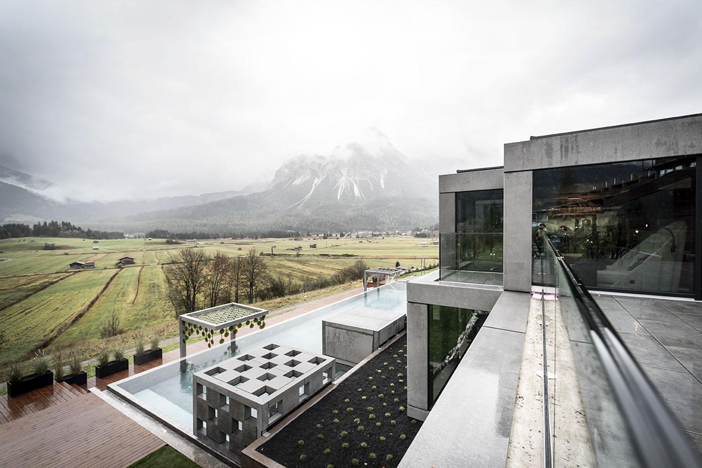 La struttura del resort si estende su più livelli integrandosi con l'ambiente circostante Alex Filz