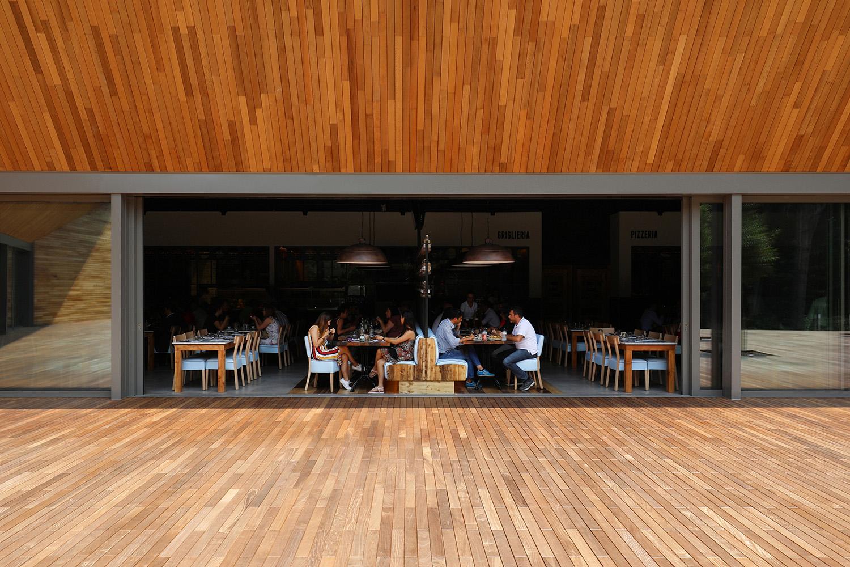 The glazing in the external courtyard Nicolò Galeazzi / Atelier XYZ