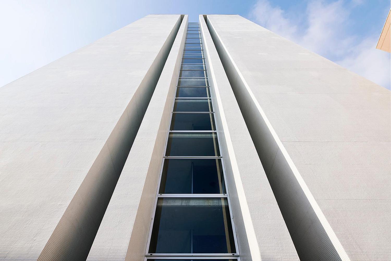 il fianco della della torre dal basso Foto: Pietro Savorelli