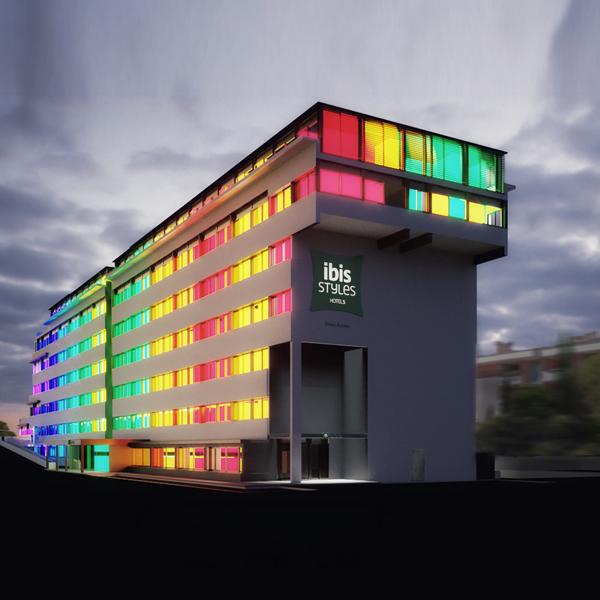 Vista dell'esterno con i colori delle camere che si riflettono sulla facciata Carlo Berarducci Architecture