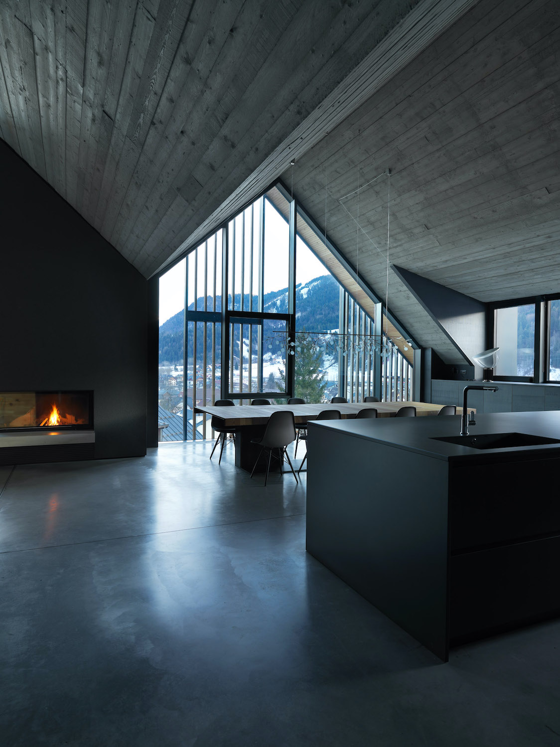 The volume of the living area is designed by an impressive exposed concrete roof, which follows the slanting of the two volumes with different heights Gianni Antoniali