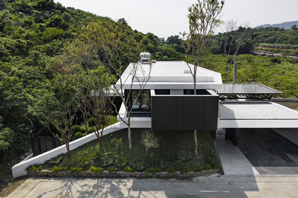 A green slope was created under the suspended wall on the second floor of the main building facing the southward hilly land. The natural grassy slope in the courtyard echoes the greenness of the hillside s Moooten Studio / Qimin Wu