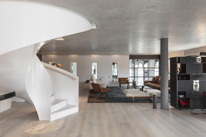 The spiral staircase also reflects the original circular windows on the southern facade. Delphine Burtin