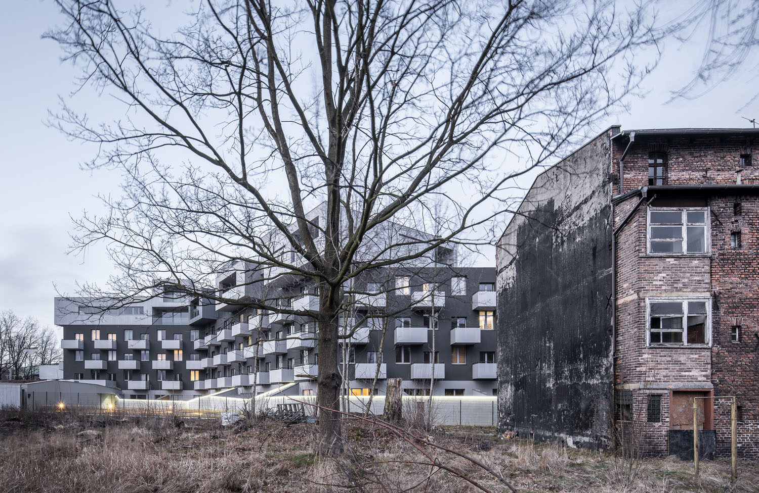 Sometimes, the references to context are not obvious. The black Baildomb elevations refer to the tarred gables of nearby buildings Juliusz Sokolowski