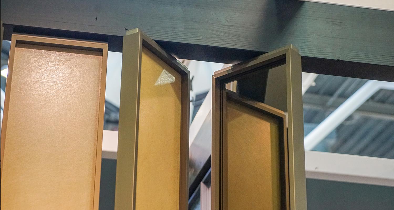 Linvisibile Sistema Zefiro_versione con cornice_finitura ceramica e specchio materiale finitura: Laminam® Seta Or