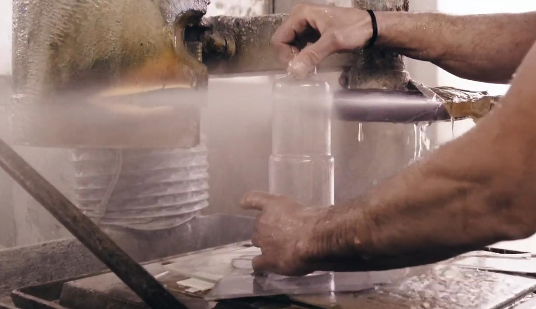 Taglio a getto d'acqua della caraffa quantobasta