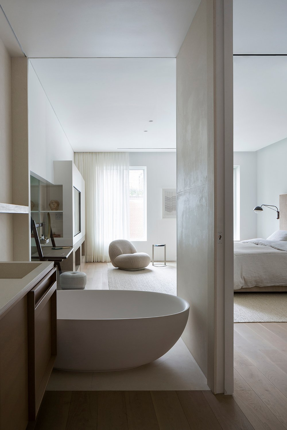 Bathroom and bedroom visually connected by a glass panel. Filippo Bamberghi